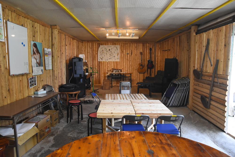 同じ集落に住む木こりの山下盛文さんがつくった「ライブハウス」。西塔さんとともみさんが初めて上毛町にきた日、宴会を開いてくれたのはここでした。