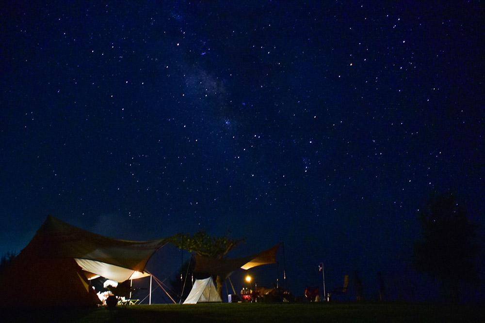 幻想的な星空の下でキャンプなんてうらやましい!
