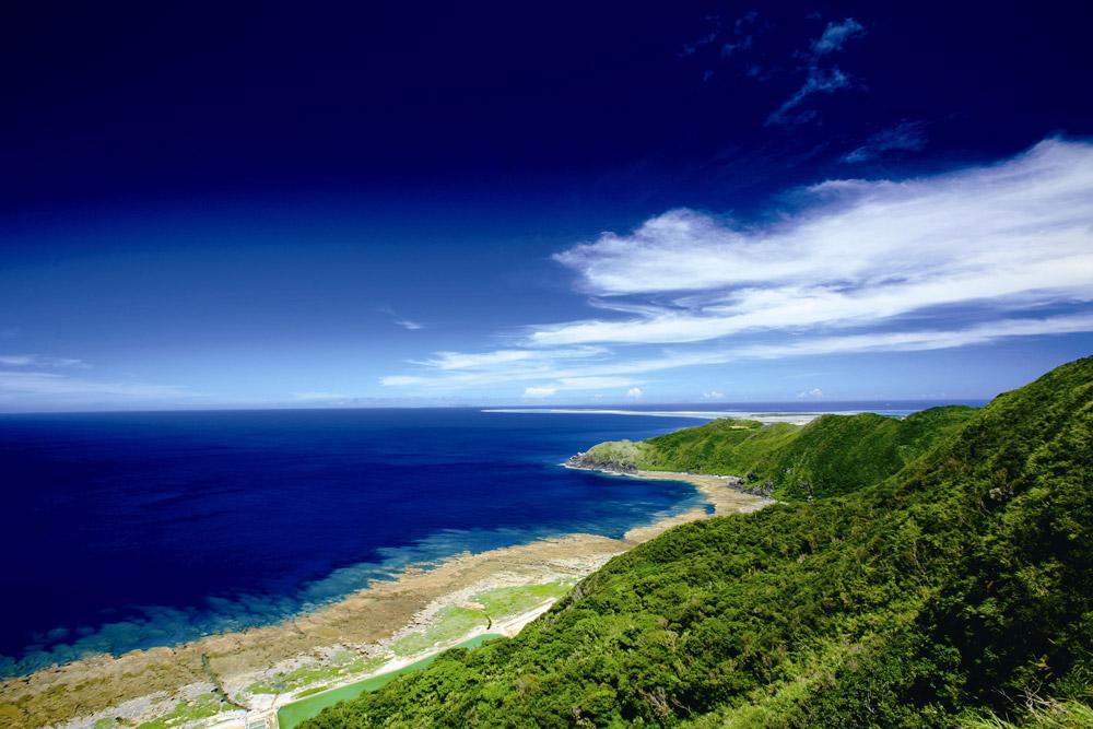 海抜200メートルのバンタ(絶壁)から海を見下すことができる「比屋定バンタ」。久米島へは、沖縄本島から日に7便の飛行機が運航されている