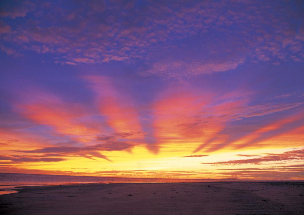 海の向こうに見える美しい夕陽