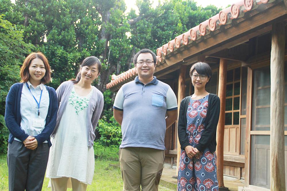 島ぐらしコンシェルジュのメンバー(右から2番目が石坂さん)。コワーキングスペース「仲原家」で活動中