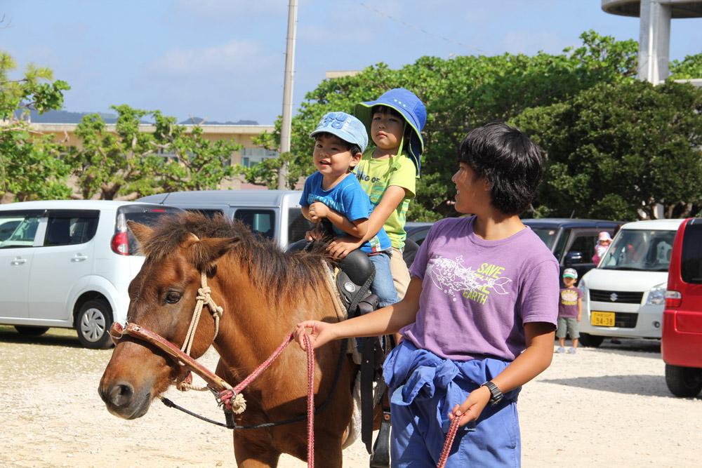 「にじのひろば」で行われた乗馬イベントの様子